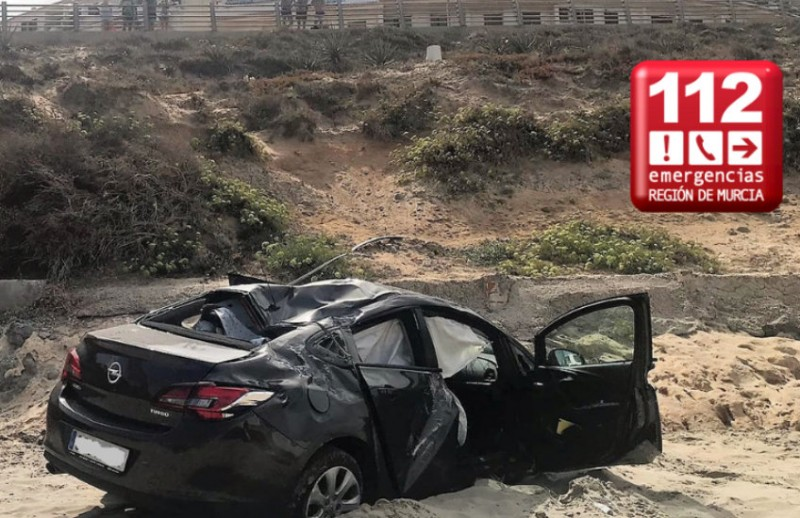 <span style='color:#780948'>ARCHIVED</span> - Two injured as car plunges onto La Manga beach