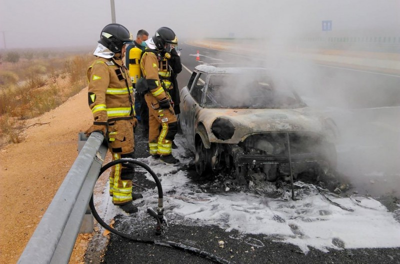 <span style='color:#780948'>ARCHIVED</span> - Driver uninjured in car fire on A-33 near to Jumilla